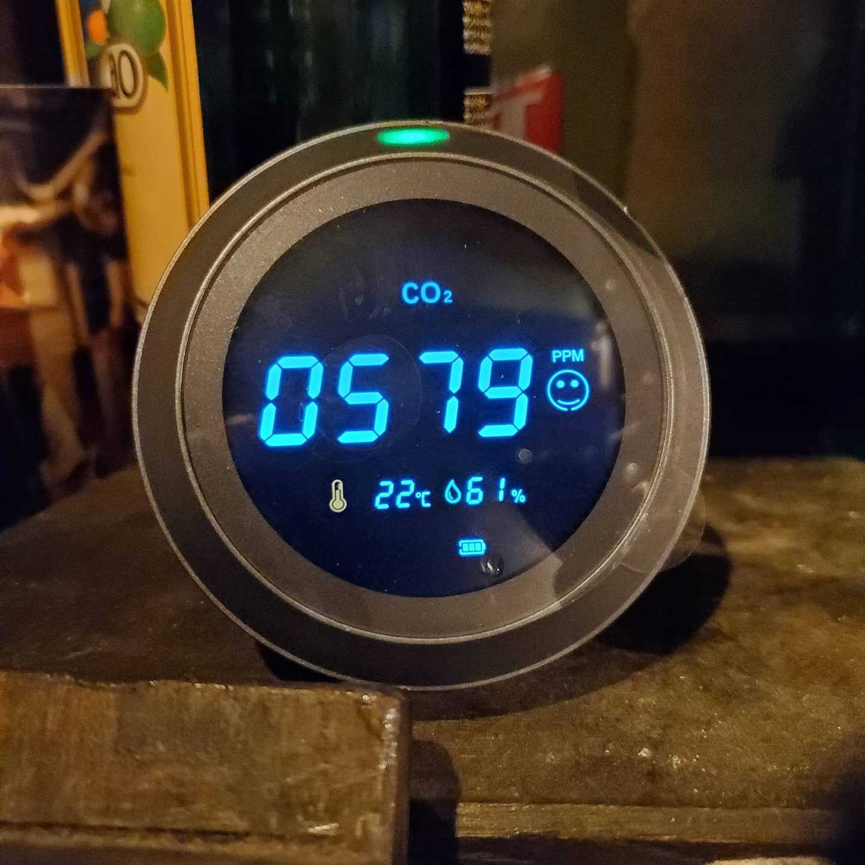 プレイスの新しい仲間達空気の汚染濃度を調べてくれるモニター(ニコちゃんマークなら綺麗です)と入り口の自動消毒くん皆様よろしくお願いいたします★